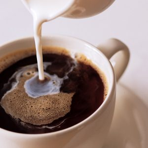 Можно ли кормящим мамам пить кофе: правда и мифы