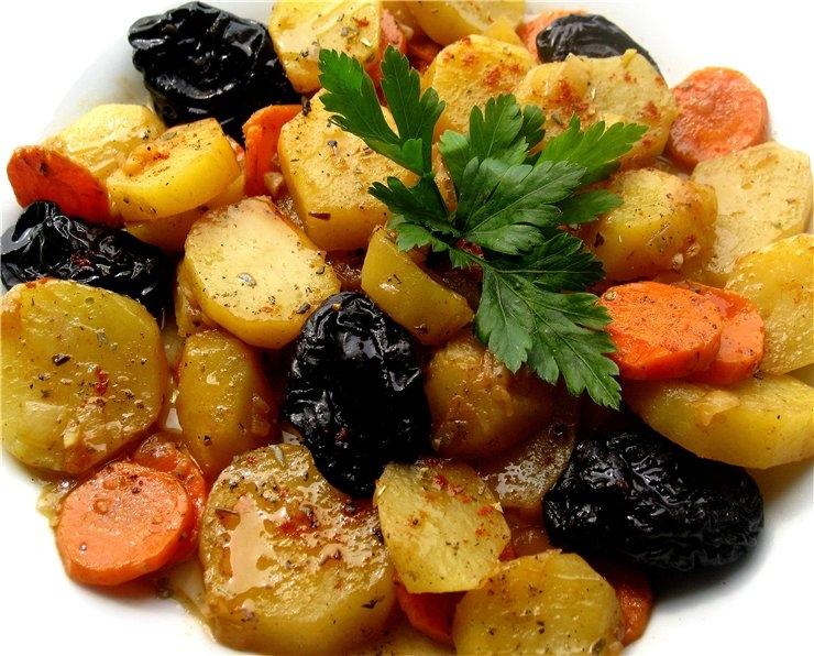 Тушеная картошка с черносливом