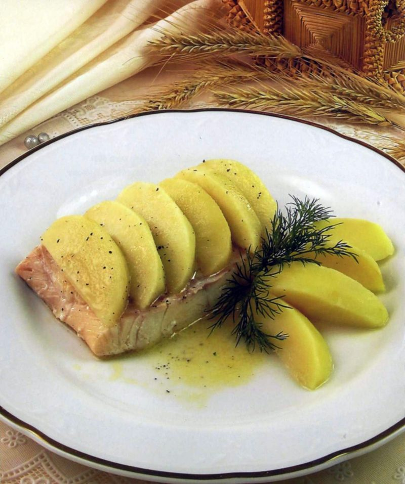 Треска тушеная с яблоками
