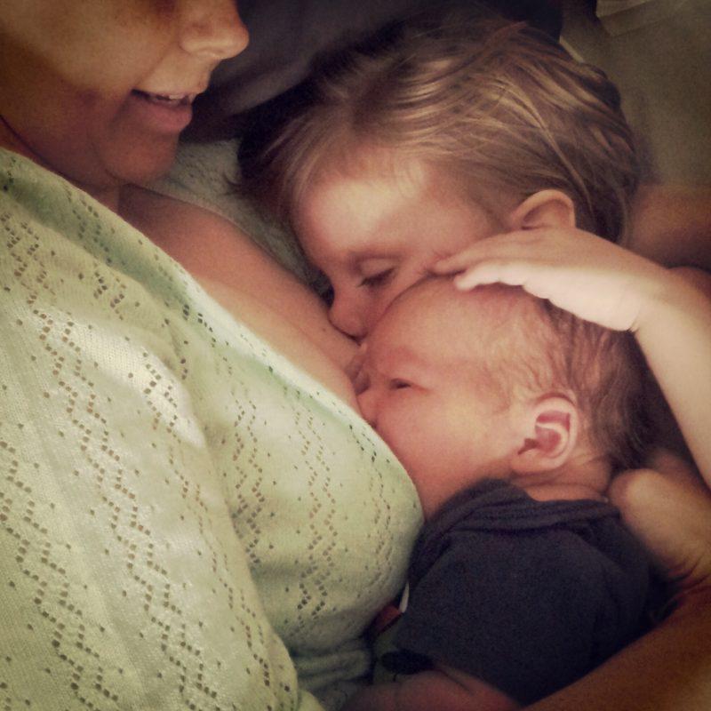 Кормление грудью во время беременности